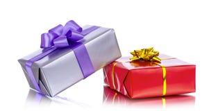 Inkasowy rząd kolorowi prezentów pudełka z łękami, odosobniony na bielu Obraz Stock