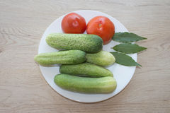Inkludera den nya organiska grönsaker och gurkan på trägolv Göra grön gurkan Sommarram med nya organiska grönsaker på woode Royaltyfri Bild