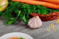 Inkludera den nya organiska grönsakkorgen på trätabellen arkivbild