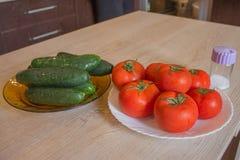 Inkludera nya organiska gr?nsaker p? tr?golv Gurka och tomat p? tabellbakgrund rganic odlarelantg?rd royaltyfri foto