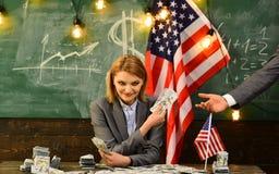 Inkomen planning van het beleid van de begrotingsverhoging corruptie Amerikaanse onderwijshervorming in 4 juli Vrouw met dollarge stock foto's