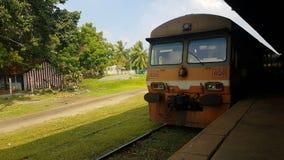 Inkomende trein op station in Sri Lanka stock foto