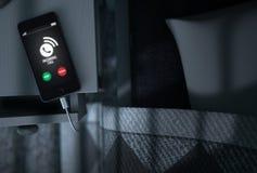 Inkomende Vraag Cellphone naast Bed Stock Afbeelding