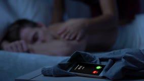 Inkommande appell för framstickande, flicka som upp vaknar grabben med kyssar som är sena för arbete, stopptid stock video