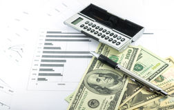Inkomst- och resultatmeddelandet anmäler med räknemaskinen, pennan och usd fotografering för bildbyråer