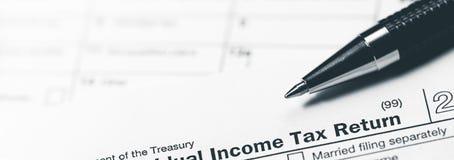Inkomstskattreturform med pennan royaltyfria bilder