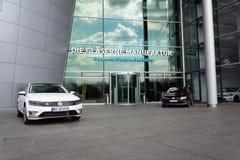 Inkopplingshybrid- Volkswagen Golf GTE- och e-golf elbilar står vid uppladdningsstationen framme av Glasernen Manufaktur Royaltyfri Fotografi