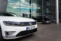 Inkopplingshybrid- Volkswagen Golf GTE- och e-golf elbilar står vid uppladdningsstationen framme av Glasernen Manufaktur Arkivfoto