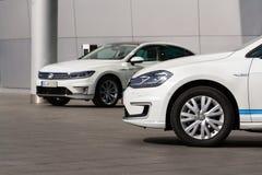 Inkopplingshybrid- Volkswagen Golf GTE- och e-golf elbilar står vid uppladdningsstationen framme av Glasernen Manufaktur Fotografering för Bildbyråer