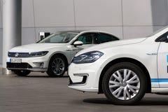 Inkopplingshybrid- Volkswagen Golf GTE- och e-golf elbilar står vid uppladdningsstationen framme av Glasernen Manufaktur Royaltyfri Bild