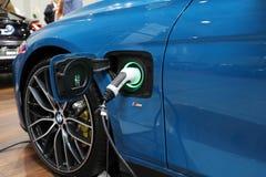 Inkopplingssystem av BMW i8 den elektriska bilen som visas på den 3rd upplagan av MOTO-SHOWEN i Krakow poland Royaltyfri Foto