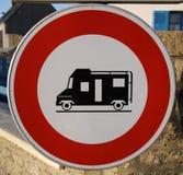 Inkräkta för vägmärkecampare Arkivbild