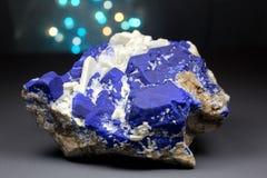 Inkt Blauwe Lazurite met Wit Forsterite Specimen stock fotografie