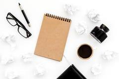 Inkt, onderdompelingspen, notitieboekje, koffie, glazen voor schrijverswerkplaats op wit bureau achtergrond hoogste meningsmodel  Royalty-vrije Stock Foto's