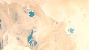Inkt in water Witte verf bij het blauwe reageren in water die tot abstracte wolkenvormingen leiden Kan als toegevoegde overgangen stock video