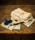 Inktpen en oude brieven royalty-vrije stock afbeelding