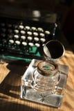 Inktpot en een schrijfmachine royalty-vrije stock afbeelding