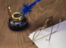 Inktpot met pen en glazen stock afbeeldingen