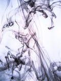 Inktwerveling in een water op kleurenachtergrond De verfplons in het water Zachte verspreiding druppeltjes van gekleurde inkt bin Royalty-vrije Stock Afbeeldingen