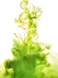 Inktwerveling in water op witte achtergrond wordt geïsoleerd die De verf in het water Zachte verspreiding druppeltjes van groene  royalty-vrije stock afbeelding