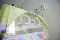 Inkubator für Neugeborene an der Klinik lizenzfreies stockfoto