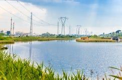 Inkvartera på en lagun nära den industriella zonen Arkivbild