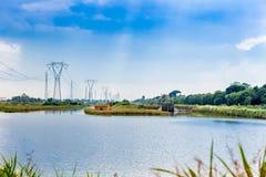 Inkvartera på en lagun nära den industriella zonen Royaltyfria Bilder