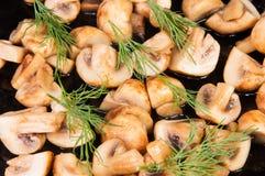 Inkvarterade grillade Champignons med dill Royaltyfri Fotografi