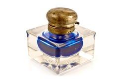 Inkwell di vetro antico con inchiostro blu Immagine Stock
