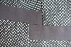 Inlägg av brunt tyg i det gråa Royaltyfria Foton