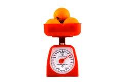 Inländische Skala mit den Orangen getrennt auf Weiß Lizenzfreies Stockfoto