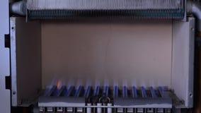 Inländisches Gas zündet im Heizkessel vom piezoelektrischen Element an stock footage