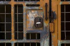 Inlåst eller låst ut? Gammal låst metallspisgallerdörr Arkivfoto