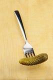Inlagd ättiksgurka på en gaffel Royaltyfri Fotografi
