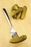 Inlagd ättiksgurka på en gaffel Fotografering för Bildbyråer