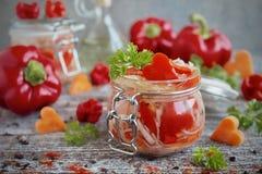 Inlagd kål med morötter och söt peppar i den glass kruset Arkivfoton
