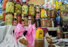 Inlagda frukter, grönsaker och Narsharab för granatäpplesås` som ` är till salu på staden, marknadsför _ arkivbild