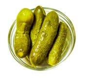 Inlagda gröna ättiksgurkor i liten glass platta Royaltyfria Bilder
