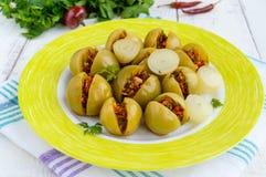 Inlagda gröna tomater som är välfyllda med en blandning av huggen av vitlök, persilja, chilipeppar Arkivfoton