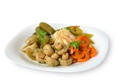 Inlagda grönsaker och champinjoner på plattan Royaltyfri Fotografi