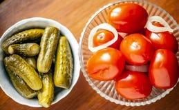 Inlagda tomater och inlagda gurkor royaltyfri fotografi