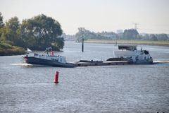 inlands- fraktskepp i floden Hollandsche IJssel i Nieuwerkerk den aan hålan IJssel i Nederländerna arkivfoton