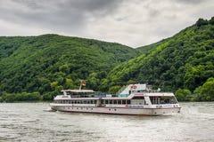 Inlands- passagerareskyttel Godesburg på Rhinet River Royaltyfri Fotografi