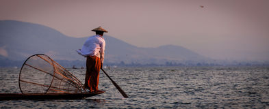 Inle湖与脚的渔夫划船 库存图片
