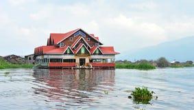 Inle湖的一个浮动房子在单,缅甸 库存照片