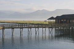 Inle湖,有薄雾和山的在背景中,缅甸 免版税库存照片