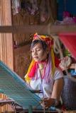 INLE湖,缅甸- 2014年11月30日:一个未认出的女孩  图库摄影