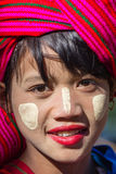 INLE湖,缅甸- 2014年11月30日:一个未认出的女孩 库存图片