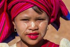 INLE湖,缅甸- 2014年11月30日:一个未认出的女孩 库存照片