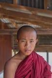 INLE湖,缅甸- 2014年11月30日:一个未认出的年轻Bu 免版税库存照片